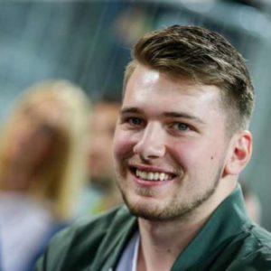 Kvalifikacje za svetovno prvenstvo v kosarki 2019 med Slovenijo in Spanijo. Slovenski kosarkar Luka Doncic.