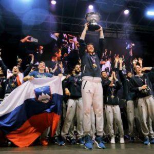 Mnozica navijacev je pozdravila kosarkarsko reprezentanco, ki je na evropskem prvenstvu v Istanbulu dosegla zgodovinski uspeh.